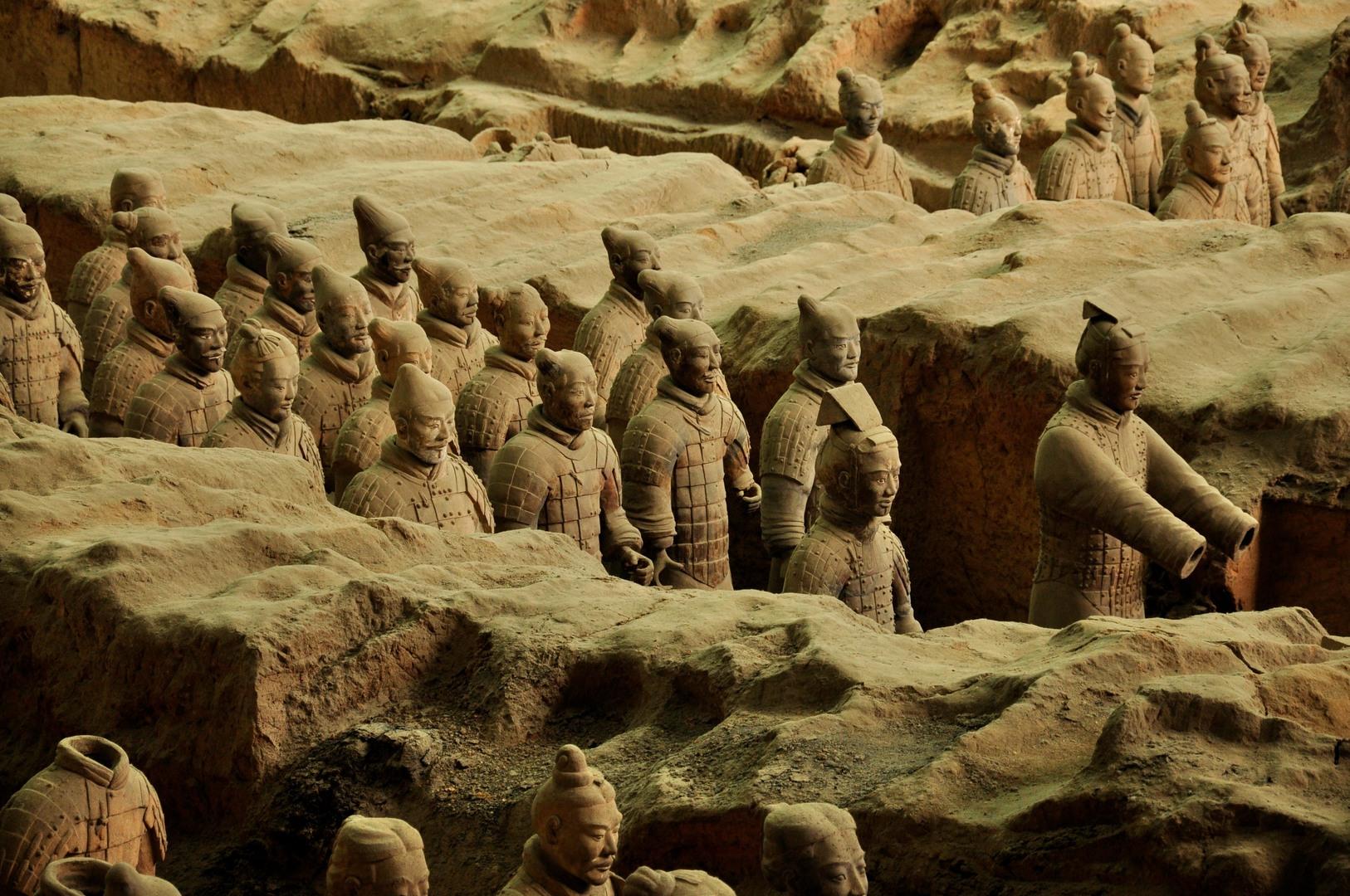 Борьба за внимание, пирамидки из людей и комочки глины
